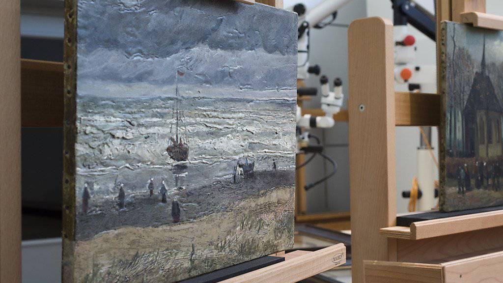 Die Gemälde «Strand von Scheveningen» aus dem Jahr 1882 und «Die Kirche von Nuenen mit Kirchgängern» von 1884/85 kehren am Mittwoch nach aufwendiger Restaurierung in das Van-Gogh-Museum zurück.