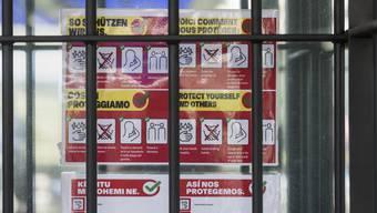 Ein Plakat des Bundesamt für Gesundheit (BAG) zur Eindämmung der Coronapandemie in einem Gefängnis.