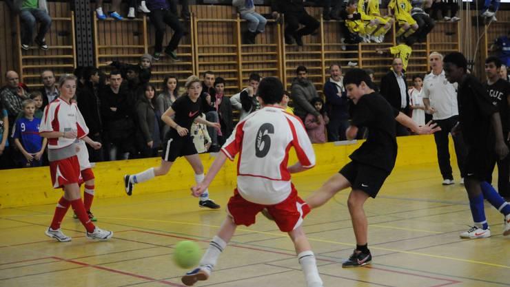 Volle Halle, voller Einsatz, toller Spass - das Schüler-Fussball-Hallenturnier sorgte für Freudenschweiss bei den Jungen und für Staunen bei den «Alten». (Foto: Hanspeter Bärschti)