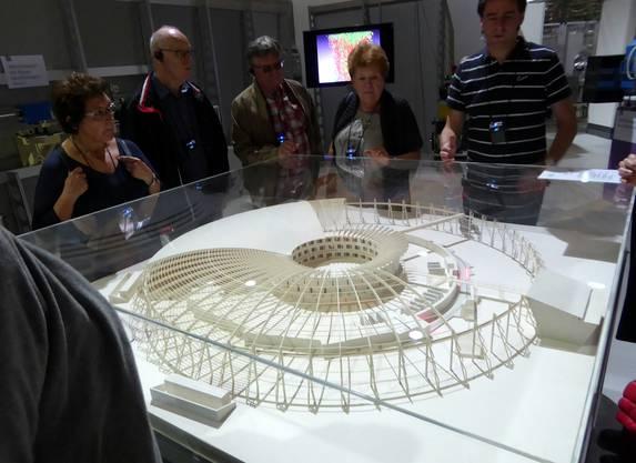 SeniorInnen beim Besucherzentrum und Besichtigung des Modells der Synchrotron Lichtquelle