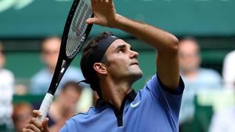Roger Federer hat den Ball im Blick und den Gegner im Griff