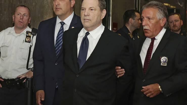 Weinstein wurde am Montag in Handschellen in den Gerichtssaal geführt.