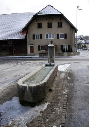Brunnen an St. Peterstrasse mit Blick auf von-Däniken-Haus