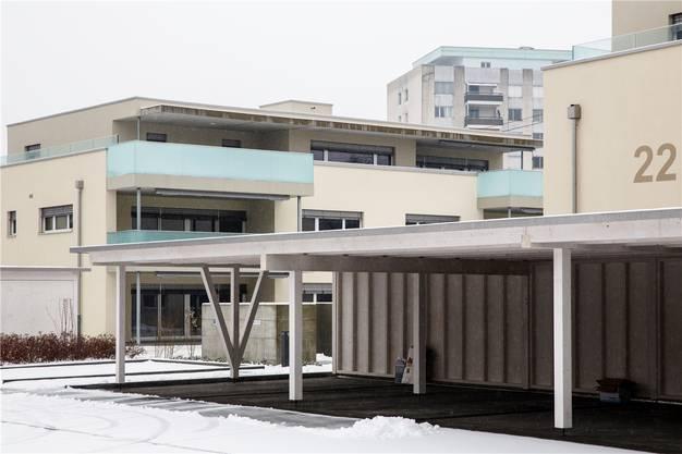 Die neuen Eigentumswohnungen an der Industriestrasse finden Käufer, obwohl zwischen der Überbauung und den Hochhäusern hinten noch die Bahnlinie ist.