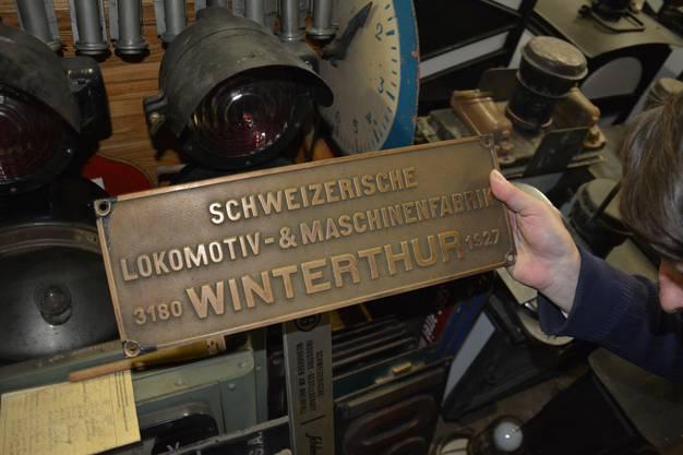 Hier zeigt der Sammler ein Lokfabrik-Schild.