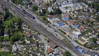 Die Bremgarten-Dietikon-Bahn (Gleis rechts) soll in wenigen Jahren neben den SBB-Gleisen (links) in den Bahnhof Wohlen einfahren können. Halten würde sie am Platz des heutigen Güterschuppens(Bildmitte). Dieses Gebäude würde abgerissen, sofern die geplante neue Einfahrt wie angedacht realisiert werden kann.