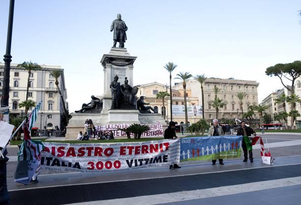 Angehörige von Asbest-Opfer protestieren vor Roms Justizpalast und halten einen Banner mit der Aufschrift «Eternit Katastrophe, Italien, 3000 Opfer».