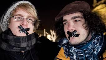 Zwei Kundgebungsteilnehmer in Budapest