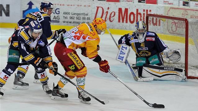 SCL-Torhüter Marc Eichmann (r., hier im Spiel gegen die SCL Tigers) musste in den bisherigen Heimspielen immer Rückstände hinnehmen.