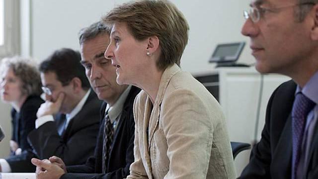 Bundesrätin Sommaruga (2. von rechts) vor den Medien in Bern