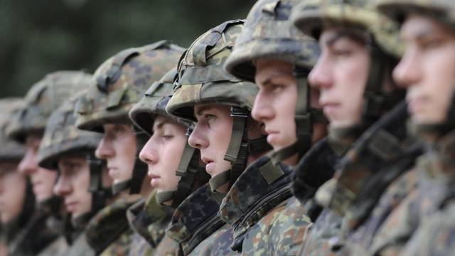 Bundeswehr-Soldaten stehen in Reih und Glied
