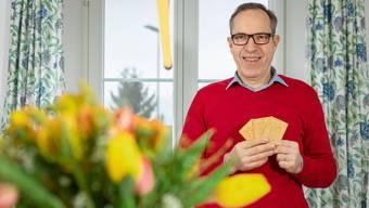 Hans Egli an seinem Stubentisch in Steinmaur: Für das Foto posiert er mit Züri-Tirggeln. Die liebte er schon als Kind.