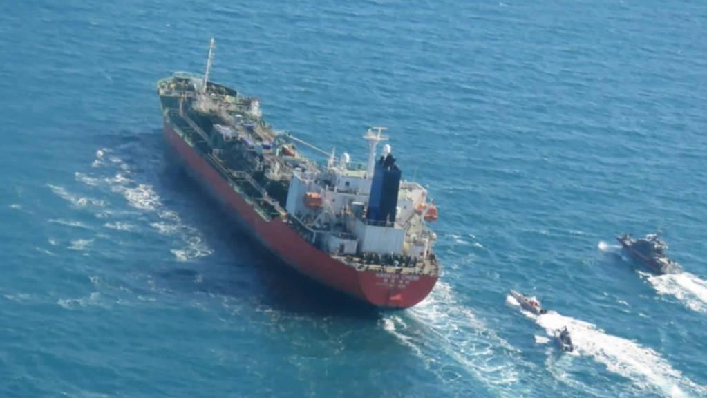 dpatopbilder - Der beschlagnahmte Tanker «Hankuk Chemi», der unter südkoreanischer Flagge geführt wird, wird von Booten der iranischen Revolutionsgarde im Persischen Golf eskortiert. Foto: Uncredited/Tasnim News Agency/AP/dpa