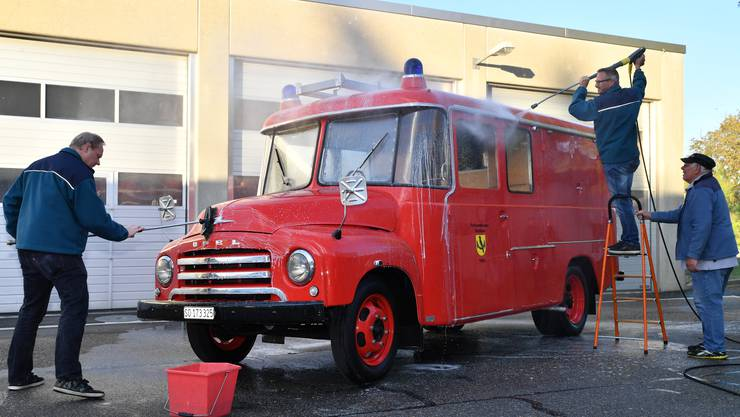 Die Floriansbrüder bereiteten diese Woche den Opel Blitz beim Feuerwehrmagazin auf den Sommer vor.