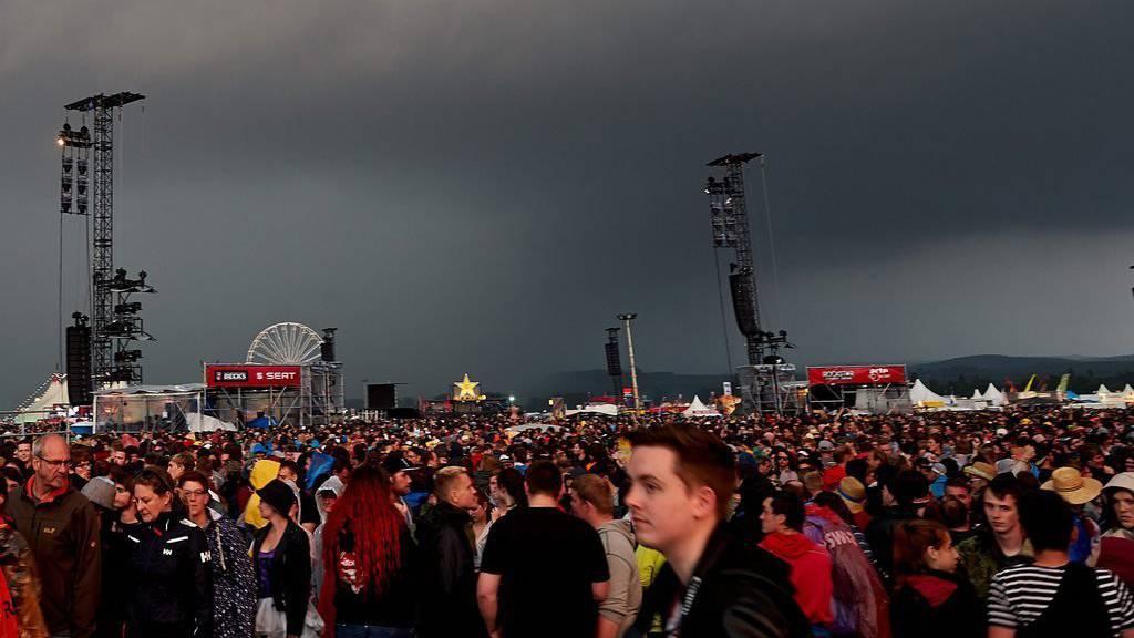 Innert Minuten war der Himmel schwarz über dem Musikfestival Rock am Ring in Deutschland.