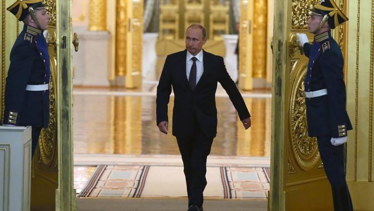 Vladimir Putin schreitet zum Rednerpult.