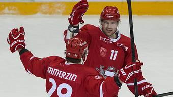 Lausannes Kamerzin (l.) gratuliert Torschütze Fröhlicher zum 1:0