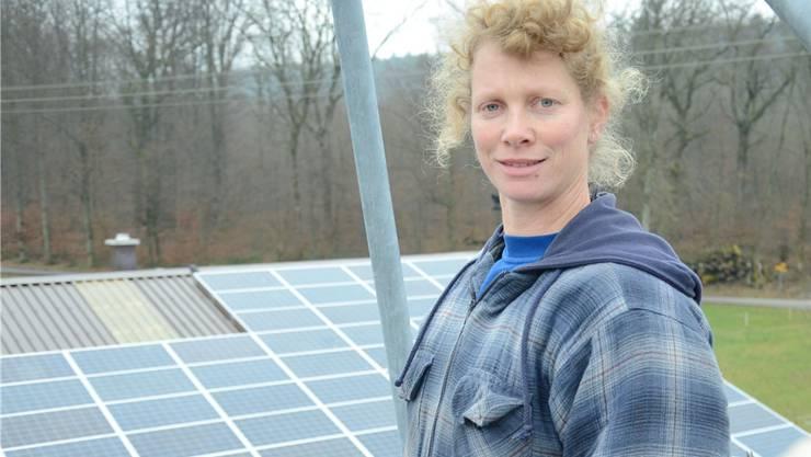 Anita Dubs installierte auf dem Dach ihrer Scheune eine Photovoltaik-Anlage, die jährlich fast 100000 Kilowattstunden Strom liefert.