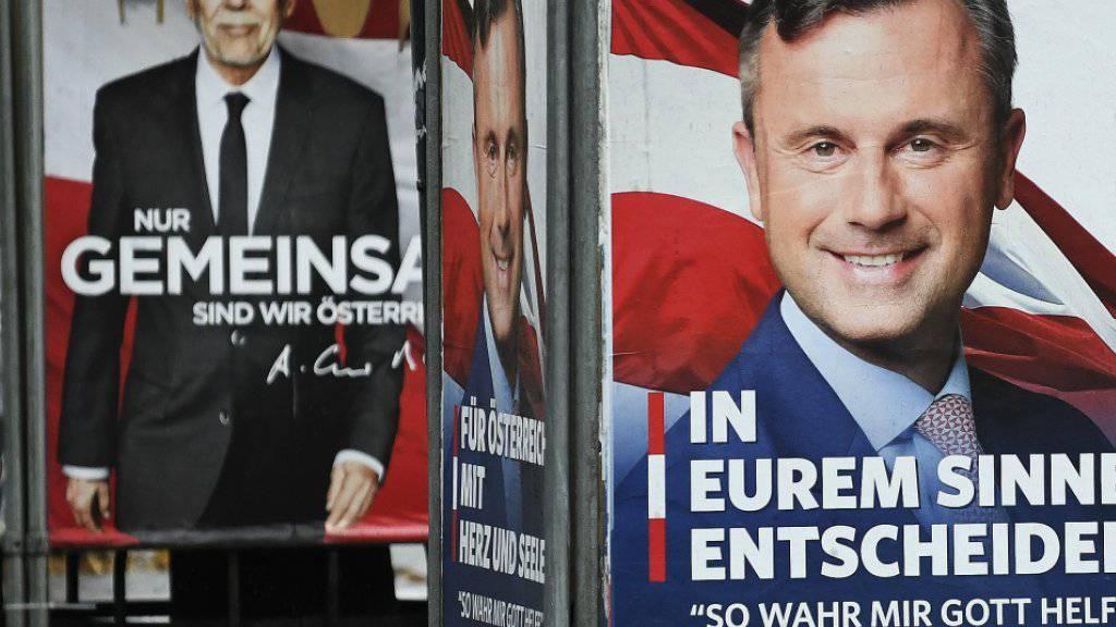Ein weiteres Mal wählen Österreicherinnen und Österreicher einen neuen Staatspräsidenten: Die Kandidaten Alexander van der Bellen (Plakat hinten) und Norbert Hofer lieferten sich im Vorfeld ein erstes TV-Duell. Weil es schon der vierte Wahlanlauf ist, gab es kaum neue Inhalte.