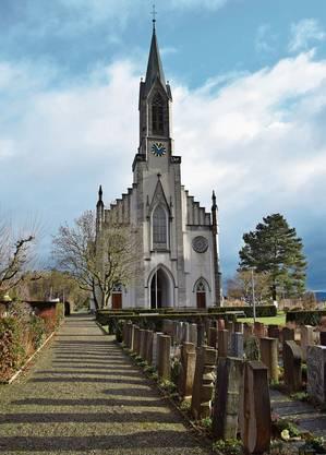 Friedhof und Kirche Bünzen im Licht der wenigen Sonnenstrahlen dieses Tages.