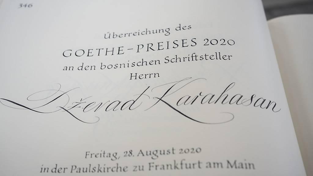 «Überreichung des Goethe-Preises 2020 an den bosnischen Schriftsteller Dzevad Karahasan» steht in der Paulskirche vor der Preisverleihung im Goldenen Buch der Stadt Frankfurt am Main. Foto: Frank Rumpenhorst/dpa