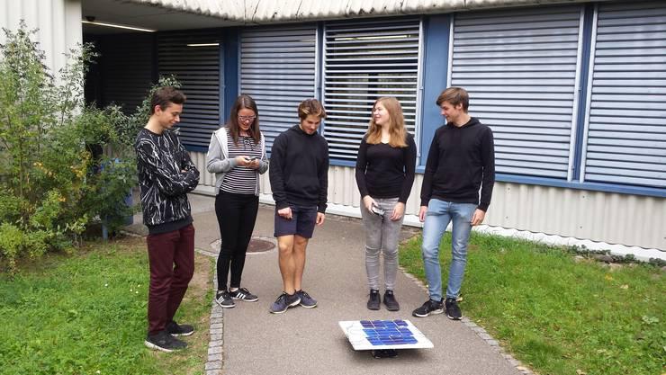 Es fährt! Schüler der Kanti Limmattal in Urdorf beobachten das solarbetriebene Spielauto.