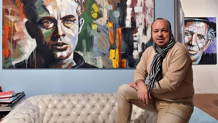 Thomas Droll in seinem Atelier im ehemaligen Sunlight-Areal mit Werken mit James Dean und Keith Richards.