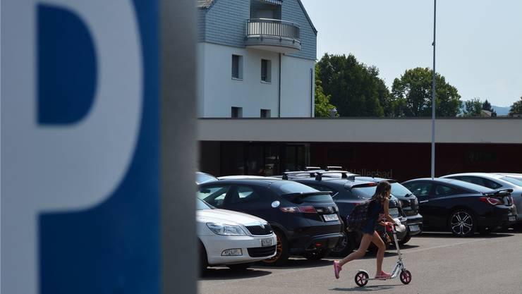 Stadtangestellte parkieren in Dietikon (im Bild: Badi Fondli) günstiger. Rue/Archiv