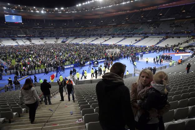 Während des Freundschaftsspiels Frankreich-Deutschland hört man im Stadion mehrere Explosionen, die sich unmittelbar vor dem Stadion ereignet haben müssen.