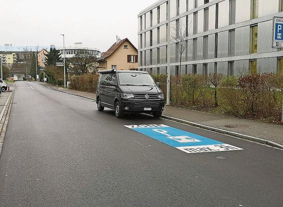 Legal, weil der nächste markierte Parkplatz weit hinten liegt.
