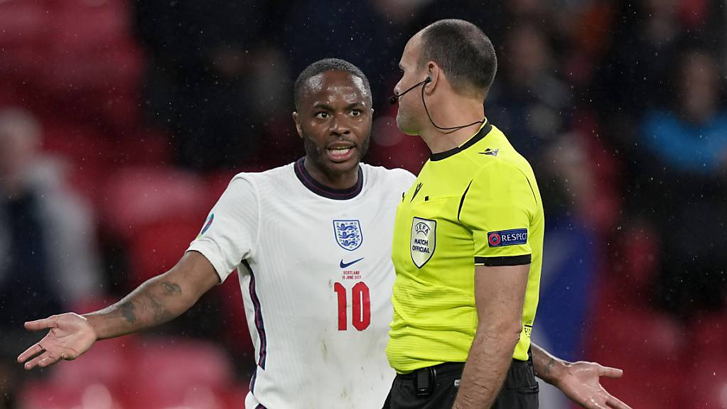 Unzufriedene Engländer: Raheem Sterling diskutiert mit Referee Antonio Mateu Lahoz.