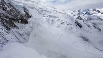 Der Triftgletscher stellt für die Bevölkerung von Saas-Grund keine Gefahr mehr dar. Das letzte Drittel des instabilen Materials donnerte in der Nacht auf Montag ins Tal, ohne Schäden zu verursachen.