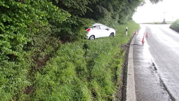Bei einem Unfall in Muri fuhr ein Auto in einen Baum.
