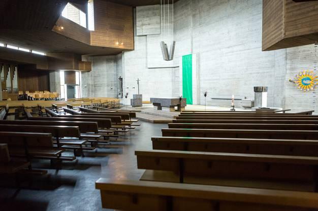 Der Innenraum ist schlicht gehalten, die Sitzbänke sind rund um den Altar angeordnet. Is