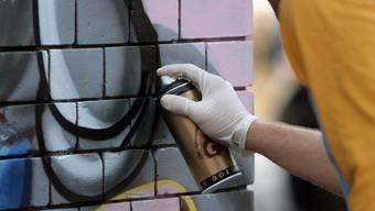 Ein Sprayer wurde mit Hilfe von Überwachungskameras aufgespürt. (Symbolbild)
