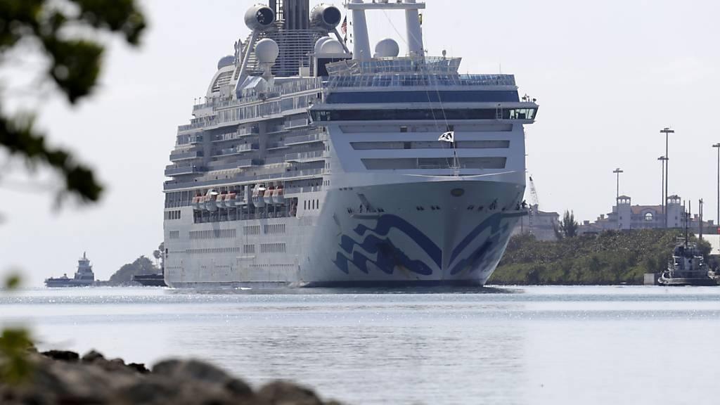 Das Kreuzfahrtschiff Coral Princess mit zwei am Coronavirus gestorbenen Passagieren legt im Hafen von Miami an.
