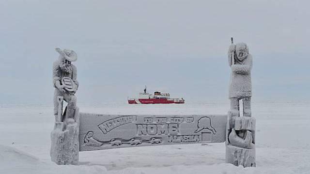 Der Frachter kommt in Nome an