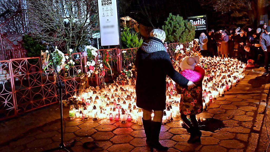 Viele Menschen trauern am Sonntag in Polen nach der Tragöde in einem «Escape Room» um die fünf jungen Todesopfer.