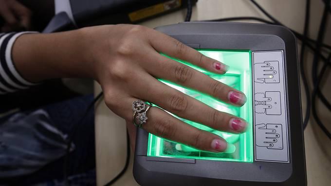 Aadhaar, die grösste biometrische Datenbank der Welt, ist zulässig. In der Datenbank sind die Daten von über einer Milliarde Menschen in Indien gespeichert.