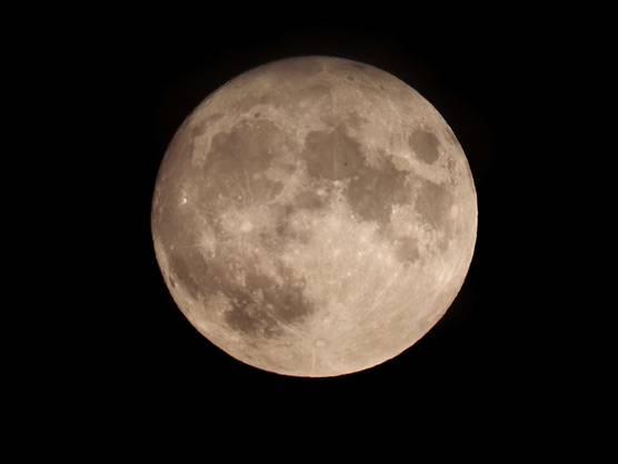 Mond über dem Limmattal. Aufgenommen in Urdorf