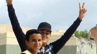 Ein Junge in Bani Walid macht Siegeszeichen