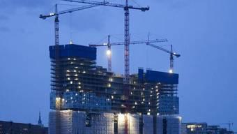 Ein Prestige-Bau, der eine Stadt spaltet: Die Elbphilharmonie im Hamburger Hafen (Archiv)
