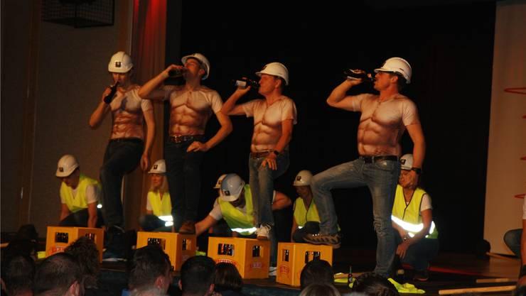 Sixpacks nicht nur aus der Bierkiste: Erfrischung auf der Bühne beim Männerreigen.
