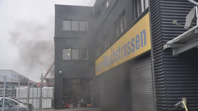 Elektroauto fängt in der Einstellhalle an zu brennen.