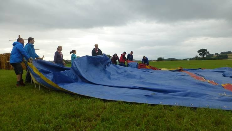 Die nassen Matrosen legen das Zirkus-Zelt aus.