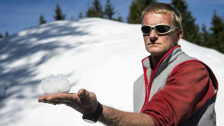 """Durch das Abdecken bleibt ein grosser Teil des Schneevolumens erhalten. """"Wir haben einen maximalen Verlust von 30 Prozent unabhängig von den Temperaturen im Sommer"""", sagt der für das Snowfarming verantwortliche Yves Golay."""