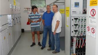 Florian Lüthy, Präsident der Elektra Sisseln (rechts), hier mit dem früheren Gemeindeammann Wilfried Käser sowie Peter Widmann, Mitglied der Elektrakommission, in der neuen Trafostation Dorf. (Archiv)