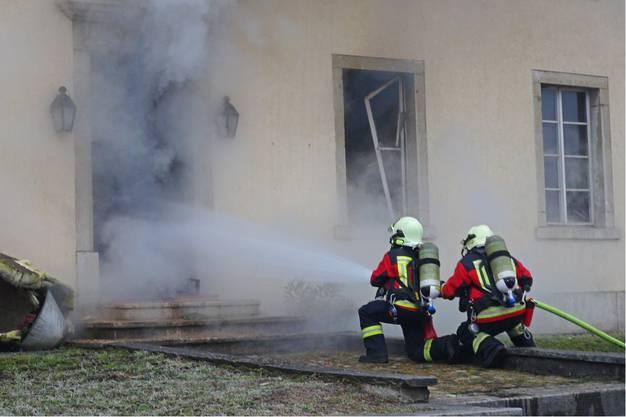 Im Gemeindehaus an der Hauptstrasse brennt es. Mehrere Feuerwehren sind an den Löscharbeiten beteiligt.