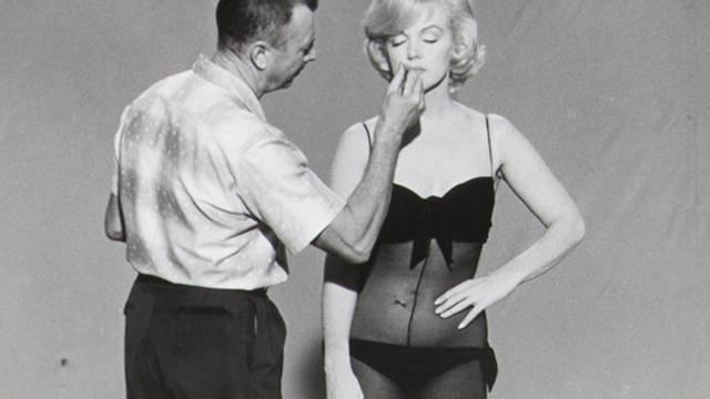 """Seltenes Bild unter dem Hammer: Marilyn Monroe wird auf dem Set von """"Let's Make Love"""" geschminkt (Archiv)"""