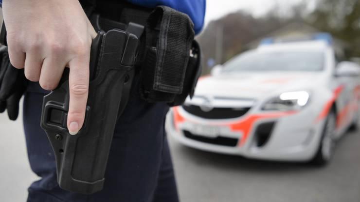 Unbekannte überfielen den Tankstellenshop in Pfäffikon – die Polizei sucht nach den Tätern. (Symbolbild)